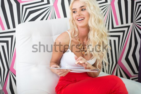 Blond femme posant imprimé mur Photo stock © stryjek