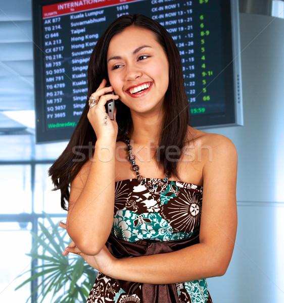 Foto stock: Mulher · jovem · aeroporto · falante · telefone · sorrir · telefone