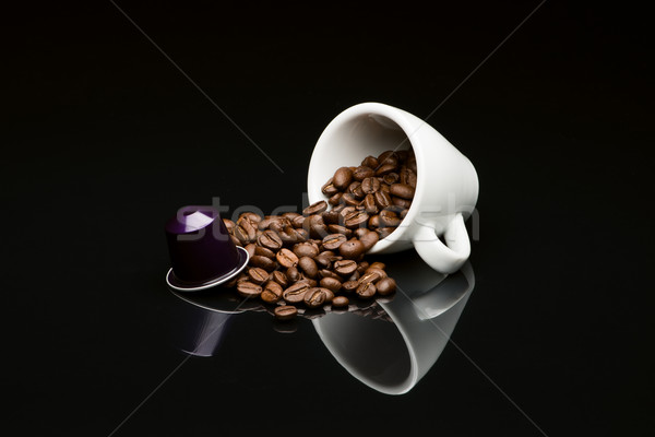 ストックフォト: 豆 · コーヒーカップ · カプセル · 黒 · 反射 · コーヒー