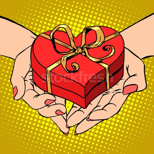 Foto stock: Mulher · palma · forma · vermelho · coração · caixa · de · presente