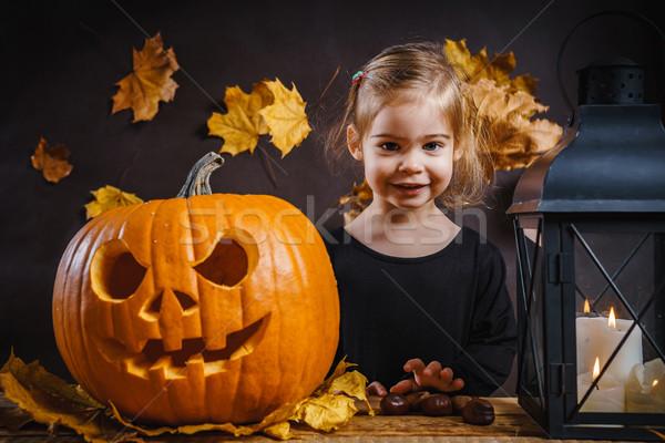 Kız cadılar bayramı kabak küçük kız poz ahşap masa yaprakları Stok fotoğraf © superelaks