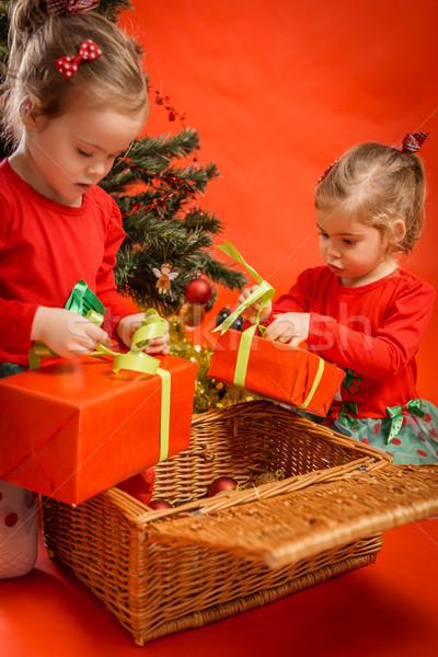 Hediyeler iki kırmızı kutuları ağaç Stok fotoğraf © superelaks