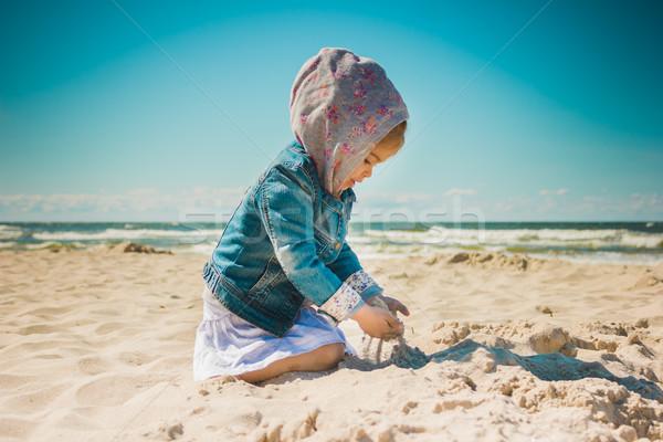 Küçük kız oynama kum plaj sevimli tatil Stok fotoğraf © superelaks
