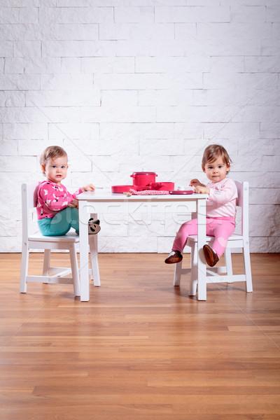 Oynamak tablo iki çok güzel bebek Stok fotoğraf © superelaks