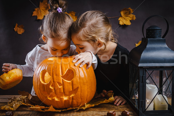 Iki kızlar oynamak cadılar bayramı kabak oynama Stok fotoğraf © superelaks