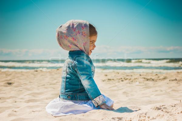 Küçük kız oturma kum plaj sevimli tatil Stok fotoğraf © superelaks