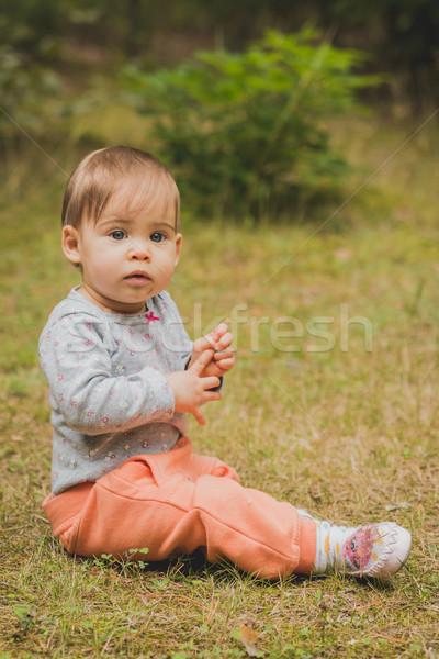 Gülen bebek oturma orman küçük kız orman Stok fotoğraf © superelaks