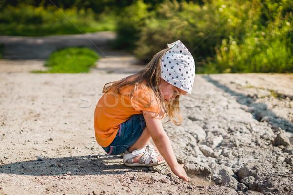 Küçük kız oynama taşlar küçük sevimli kız Stok fotoğraf © superelaks