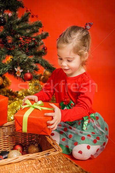 Küçük kız hediye güzel kırmızı kutu ağaç Stok fotoğraf © superelaks