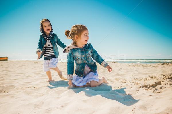 Iki kızlar oynama plaj oynamak çalıştırmak Stok fotoğraf © superelaks