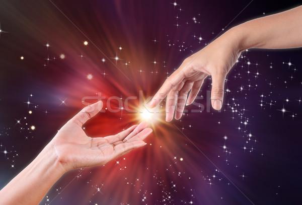 Mână atingeţi cer strângere de mână stea libertate Imagine de stoc © Suriyaphoto