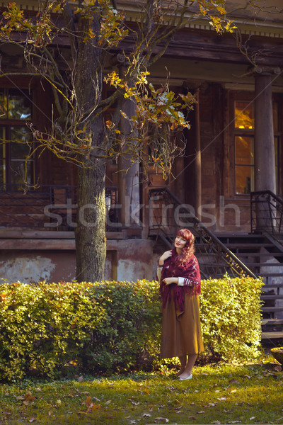 Meisje permanente oude huis mooie jonge vrouw lang Stockfoto © svetography