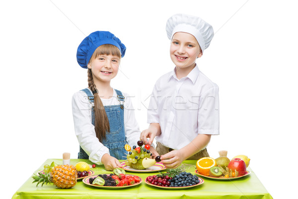 Gyerekek készít gyümölcs harapnivalók kicsi fiú Stock fotó © svetography
