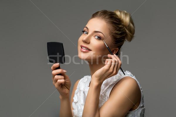 Gyönyörű lány jelentkezik smink gyönyörű szőke fiatal nő Stock fotó © svetography