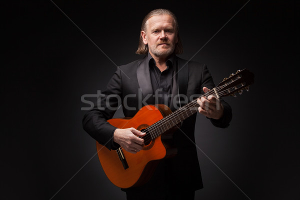 Uomo chitarra indossare suit chitarra acustica Foto d'archivio © svetography