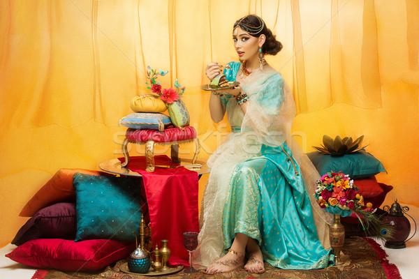 Menyasszony eszik esküvői torta gyönyörű fiatal nő távolkeleti Stock fotó © svetography