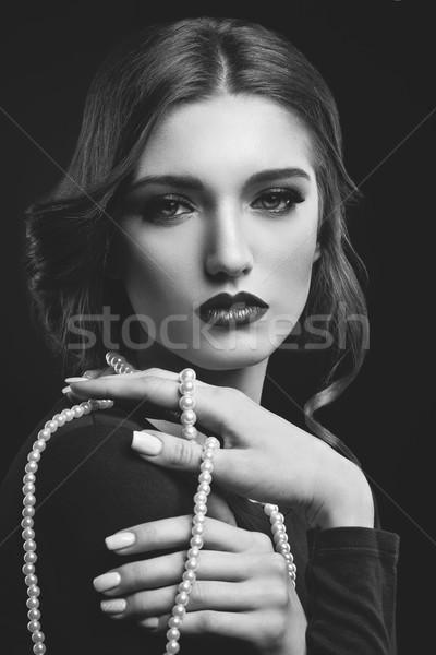 Fata frumoasa perla colier frumos buzele rosii Imagine de stoc © svetography