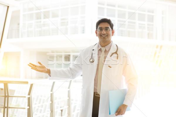Asiático indiano médico médico bem-vindo sinal da mão Foto stock © szefei