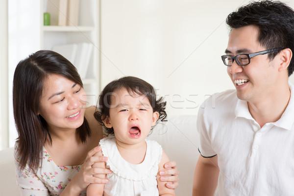 Zdjęcia stock: Płacz · rodziców · pocieszający · córka · asian
