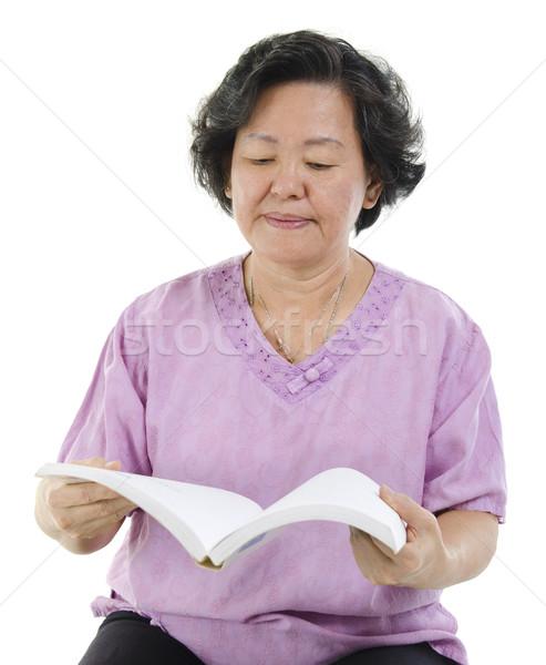 Altos adulto mujer lectura libro sabiduría Foto stock © szefei