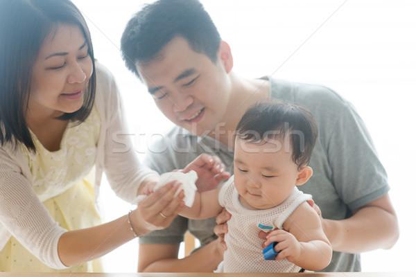 Baba kéz papírzsebkendő anya papír ázsiai Stock fotó © szefei