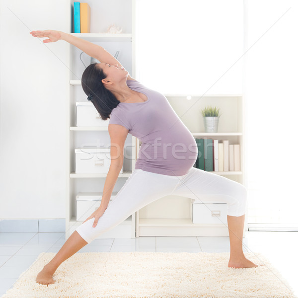 Moederlijk yoga prenataal klasse gezonde Stockfoto © szefei