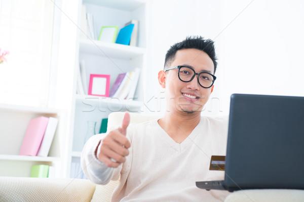 Hüvelykujj felfelé internetes vásárlás délkelet ázsiai férfi Stock fotó © szefei