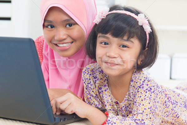 Asian dzieci surfing Internetu południowy wschód domu Zdjęcia stock © szefei