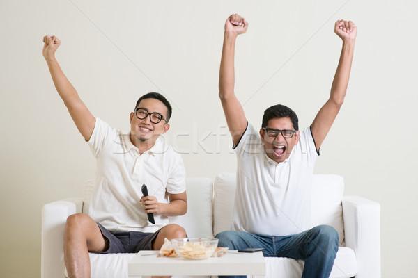Homens assistindo jogo de futebol juntos alegre grupo Foto stock © szefei