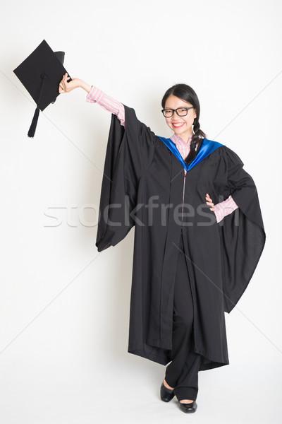 Egyetemi hallgató kéz tart érettségi talár kiemelt Stock fotó © szefei