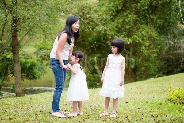 матери утешительный плачу дочь Открытый парка Сток-фото © szefei
