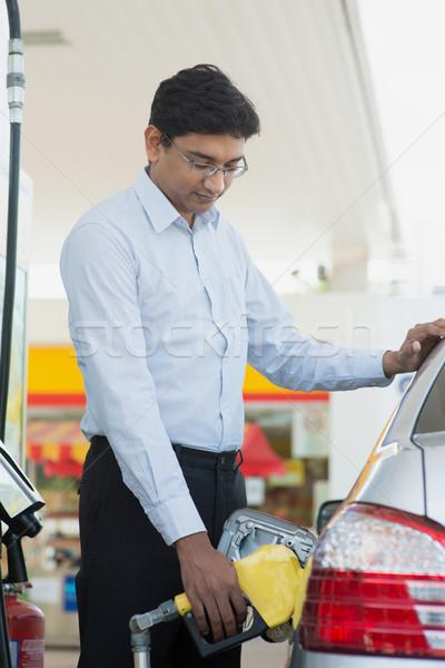 Man benzine brandstof gas asian indian Stockfoto © szefei