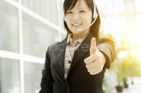 Asia femenino recepcionista pulgar hasta retrato Foto stock © szefei