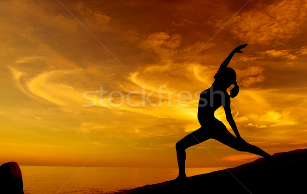Napfelkelte jóga tengerpart sziluett fiatal nő égbolt Stock fotó © szefei