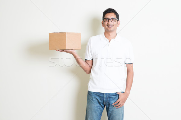 Courrier Ouvrir la indian homme souriant Photo stock © szefei