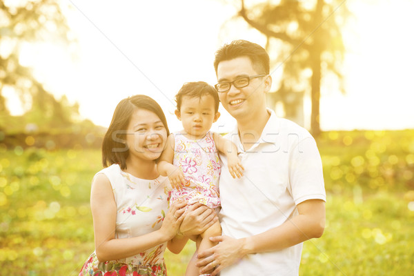 Családi portré szabadtér naplemente portré boldog család élvezi Stock fotó © szefei
