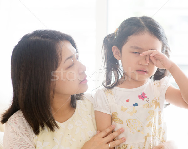 Stockfoto: Moeder · huilen · kind · troostend · dochter · asian