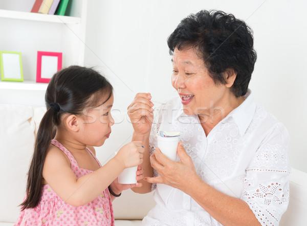 Grand-mère petit-enfant manger yaourt yogourt heureux Photo stock © szefei