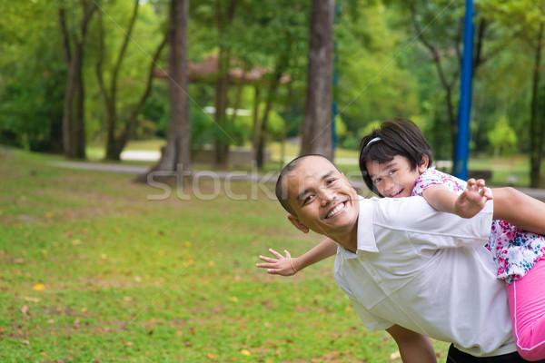 Muszlim apa lánygyermek háton játszik szabadtér Stock fotó © szefei