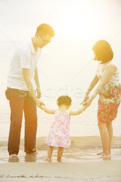 Zdjęcia stock: Rodziny · trzymając · się · za · ręce · szczęśliwy · asian · zewnątrz