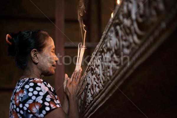 Asia mujer rezando incienso edad arrugado Foto stock © szefei