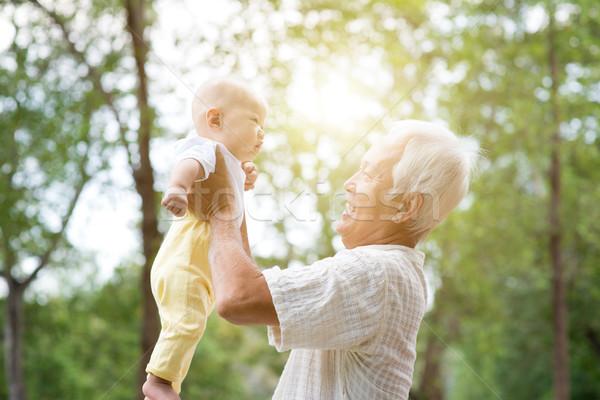 Büyükbaba veya büyükanne torun mutlu dede oynama Stok fotoğraf © szefei
