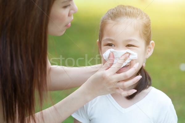 Kislány orrot fúj anya segít lánygyermek ütés Stock fotó © szefei