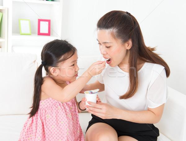 Stok fotoğraf: Güzel · çocuk · anne · yoğurt · yeme