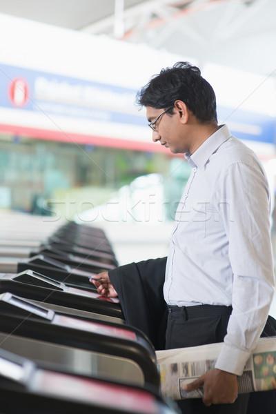 Indiano empresário entrada estação de trem asiático tocante Foto stock © szefei