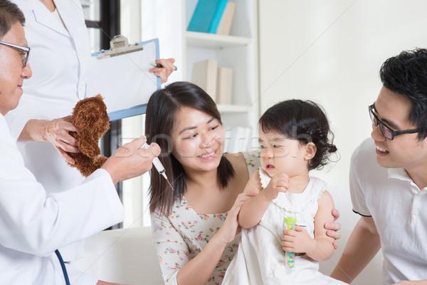 Vacunación nino familia médico inyección Foto stock © szefei