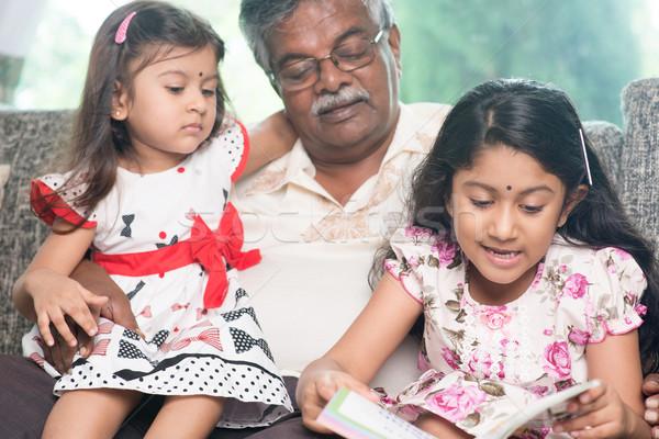 Stock fotó: élvezi · olvas · könyv · együtt · boldog · indiai