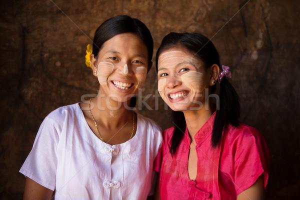 Dois jovem Mianmar meninas terreno casca Foto stock © szefei