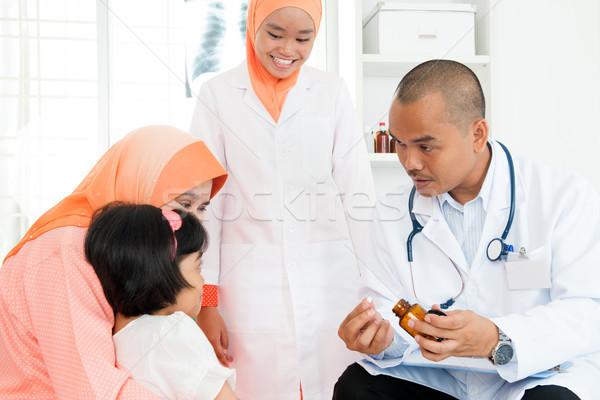 Orvos gyógyszer gyerekek gyermekorvos kislány kórház Stock fotó © szefei