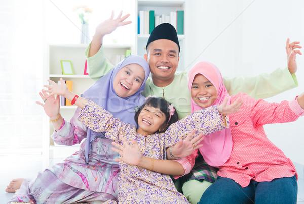возбужденный юго-восток азиатских семьи дома мусульманских Сток-фото © szefei